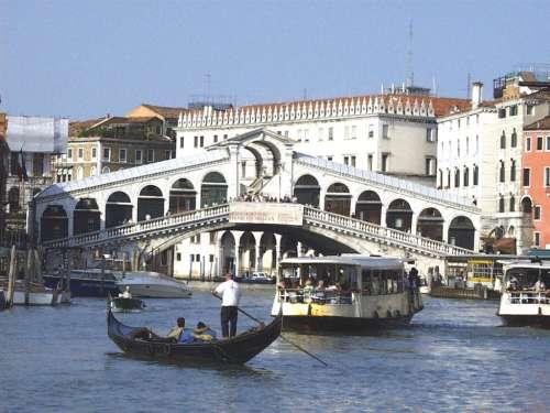 Rialtobrücke (Ponte dei Rialto), im Vordergrund: Gondel und Vaporetto auf dem Canale Grande