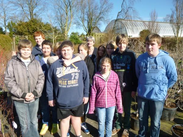 Diese Schüler wollen mit Schulleiterin Gerhild Westphal (hinten Mitte) Kastanien retten.