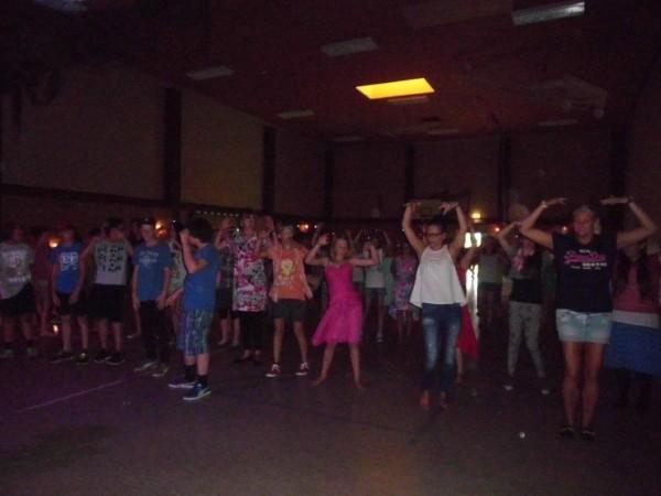 Frau Albertsen und Frau Thimm hatten wieder mit vielen Schülern Partytänze eingeübt,….